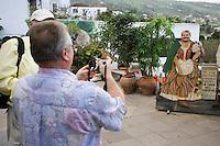 Europe/Espagne/Iles Canaries/Tenerife/ La Orotava:Cas Molina touristes se prenant en photo sur la terrasse
