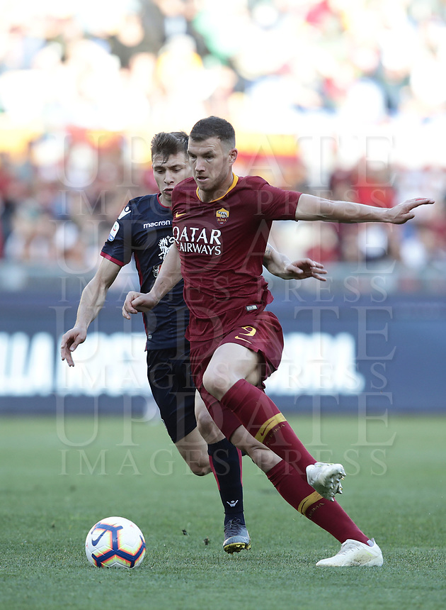 Football, Serie A: AS Roma - Cagliari, Olympic stadium, Rome, April 27, 2019. <br /> Roma's Edin Dzeko (r) in action with Cagliari's Nicolò Barella (l) during the Italian Serie A football match between AS Roma and Cagliari, on April 27, 2019. <br /> UPDATE IMAGES PRESS/Isabella Bonotto
