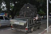SAO PAULO,SP, 02 JANEIRO 2013 - CENA COTIDIANA SP - Carro em precarias condicoes de uso foi visto circulando pelas ruas de Sao Paulo, transportando pneus velhos, na tarde dessa quarta-feira, 02, regiao central da capital paulista- FOTO: LOLA OLIVEIRA/BRAZIL PHOTO PRESS