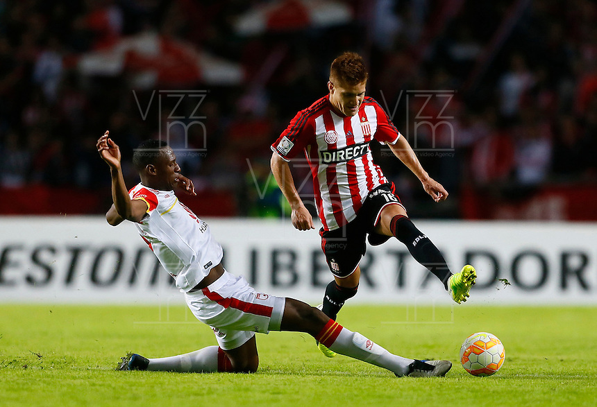 LA PLATA - ARGENTINA - 05-05-2015: Leonardo Gil (Izq.) jugador del Estudiantes de la Plata de Argentina, disputa el balon con Dayron Mosquera (Der.) jugador de Independiente Santa Fe de Colombia, durante partido de ida entre Estudiantes de la Plata de Argentina y el Independiente Santa Fe de Colombia, por los octavos de final, llave F, de la Copa Bridgestone Libertadores en el estadio Ciudad de la Plata, de la ciudad de La Plata. / Leonardo Gil (R) player of Estudiantes de la Plata of Argentina, figths for the ball with Dayron Mosquera (L) player of Independiente Santa Fe of Colombia, during a match for the first leg between Estudiantes de la Plata of Argentina and Independiente Santa Fe of Colombia for the, key F, of the Copa Bridgestone Libertadores in the Ciudad de la Plata Stadium in La Plata city. Photos: Photogamma / Javier Garcia M. /VizzorImage.