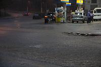 SAO PAULO, SP - CHUVA ALAGAMENTO - Ruas de acesso da Est. do Itapecerica se tornam rios na tarde desta sexta-feira (12) na zona sul de São Paulo.  <br /> <br /> (Foto: Fabricio Bomjardim / Brazil Photo Press)