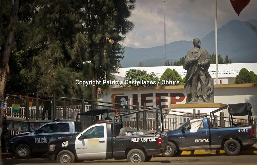 Oaxaca de Juárez, Oax.- Después de mantener un acordonamiento de 3 días en las instalaciones del Instituto Estatal de Educación Pública de Oaxaca (IEEPO), los integrantes de la sección 22 del Sindicato Nacional de Trabajadores de la Educación (SNTE) decidieron abandonar este cerco la madrugada de este jueves  ante el arribo de la policía federal y estatal, misma que mantiene en su poder el resguardo de esta dependencia.<br /> <br /> Cabe destacar que los docentes se retiraron por propia decisión, sin tener que ser desalojados, lo único que los policías tuvieron que remover, fueron sus casas de campaña, módulos, mantas y cartulinas con consignas.