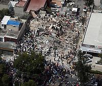 MEX61. CIUDAD DE MÉXICO (MÉXICO), 19/09/2017.- Vista aérea muestra a cientos de personas, entre afectados y rescatistas, durante labores de rescate en medio de edificios colapsados en Ciudad de México (México), hoy, martes 19 de septiembre de 2017, tras un sismo de magnitud 7,1 en la escala de Richter, que sacudió fuertemente el centro del país y causó escenas de pánico justo cuanto se cumplen 32 años de poderoso terremoto que provocó miles de muertes. Las autoridades mexicanas elevaron hoy a 196 la cifra de víctimas mortales por el terremoto de magnitud 7,1 que sacudió el centro del país, mientras que los servicios de emergencia continúan con las labores de rescate en las zonas afectadas. EFE/STR