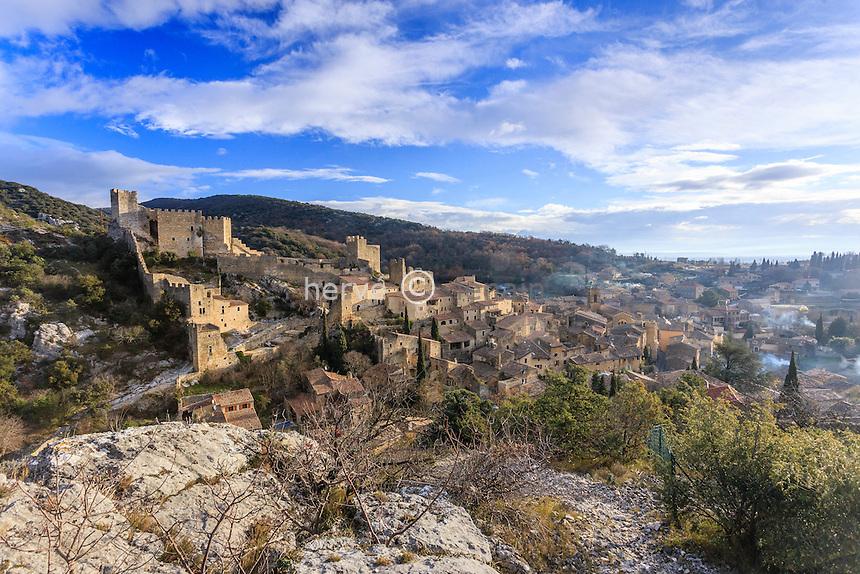 France, Ardèche (07), Saint-Montan, le village et les ruines du château le matin // France, Ardeche, Saint Montan