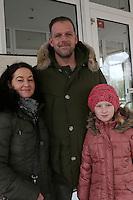 Thomas Dürr mit seiner Frau Manuela und Tochter Alessa gaben ihre Stimme im Fritz-Treutel-Haus Kelsterbach ab
