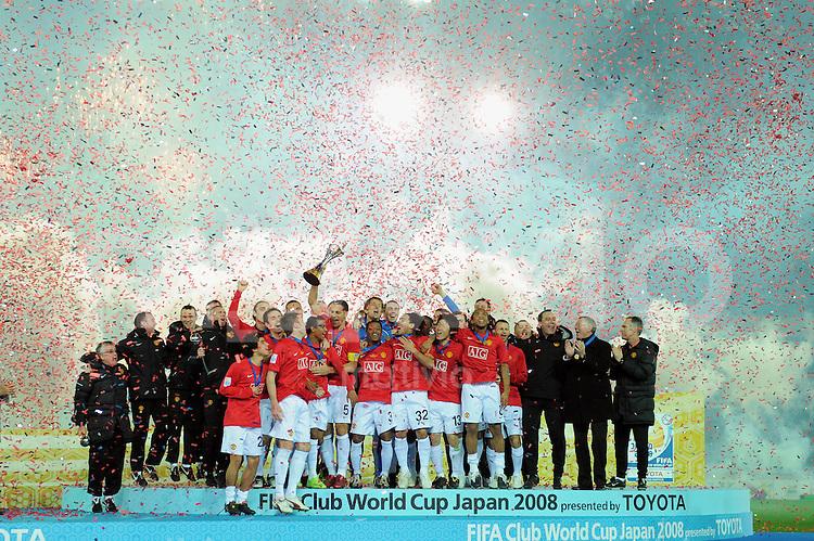 Fussball International FIFA Club WM Japan 2008     21.12.2008 Finale Liga de Quito - Manchester United Jubel Manchester mit Pokal bei der Siegerehrung