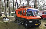 Foto: VidiPhoto<br /> <br /> ARNHEM &ndash; Het was voor de 300 fanatieke kampeerders van de Mercedes-Hanomag Kampeerautoclub &ldquo;Dubbelucht&rdquo; het afgelopen weekend ook dubbel genieten. Niet alleen Vakantiepark Arnhem werd omgetoverd tot nostalgisch kampeerterrein, maar ook het weer liet zich van zijn beste kant zien. Met als topdag zaterdag, de eerste offici&euml;le warme dag van het jaar. Enkele honderden oude ambulances, brandweerwagens, ME-busjes en andere Mercedesvoertuigen waren vrijdag en zaterdag bijeen op Vakantiepark Arnhem. De club organiseert tweemaal per jaar een bijeenkomst. Opmerkelijk veel buitenlandse brandweervoertuigen zijn omgebouwd tot camper, vertelt de familie Veltmeijer uit Tilburg. Hun Nederlandse brandweerauto, een Mercedes 608D, hebben ze in een jaar tijd omgebouwd tot camper met zes slaapplaatsen. De waterpomp zit er nog in. De oude kampeermobielen trekken bekijks van de andere campinggasten.