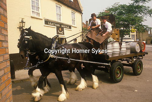 Youngs Brewery, Wandsworth south west London. SW18. England UK 1980s. Heavy horse delivering beer to local pubs. The Leather Bottle on the Kingston Road, South Wimbledon.