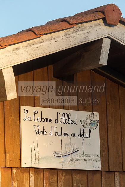 France, Gironde (33), bassin d'Arcachon, La Teste de Buch, port de La Teste, port ostréicole, détail cabanons d'ostréiculteur,  et chaland // France, Gironde, Bassin d'Arcachon, La Teste de Buch, oyster-farming port of La Teste, oyster farmers cottage , detail