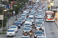 SÃO PAULO, SP, 29.04.2015 - TRÂNSITO-SP - Trânsito intenso na Marginal Pinheiros, próximo a Ponte Cidade Jardim sentido Interlagos na região sul da cidade de São Paulo no fim da tarde dessa quarta-feira, 29. (Foto: Kevin David/Brazil Photo Press).