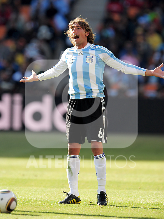 6 Gabriel HEINZE getting a yellow card during the 2010 World Cup Soccer match between Argentina vs Korea Republic played at Soccer City in Johannesburg, South Africa on 17 June 2010.  Photo: Gerhard Steenkamp/Cleva Media