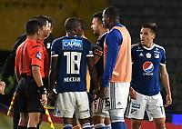 BOGOTA - COLOMBIA - 25 – 03 - 2018: Los jugadores de Millonarios, discuten con Oscar Javier Gomez (2 Izq.) al final de partido de la fecha 10 entre Millonarios y Jaguares F. C., por la Liga Aguila I 2018, jugado en el estadio Nemesio Camacho El Campin de la ciudad de Bogota. / The players of Millionares discuss with Oscar Javier Gomez (2 L) referee, at the end of a match of the 10th date between Millonarios and Jaguares F. C., for the Liga Aguila I 2018 played at the Nemesio Camacho El Campin Stadium in Bogota city, Photo: VizzorImage / Luis Ramirez / Staff.