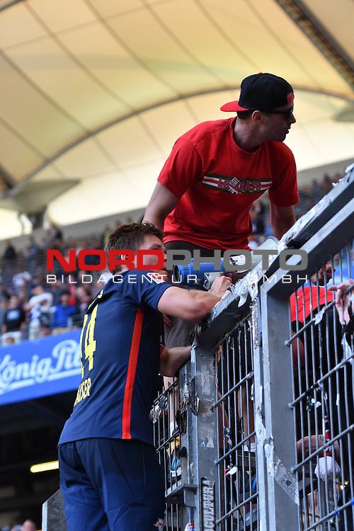 17.09.2016,  GER; 1.FBL Hamburger SV vs RB Leipzig , im Bild Dominik Kaiser (Leipzig #24) laesst sich von den Fans hochleben Foto © nordphoto / Witke *** Local Caption ***