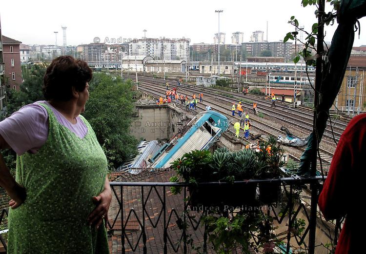 Italia, Milano,  21/09/09.Deragliamento treno Ferrovie dello Stato nei pressi della stazione centrale..#####.Italy, Milan,  21/09/09.Train's derailment near the central railway station..© Andrea Pagliarulo
