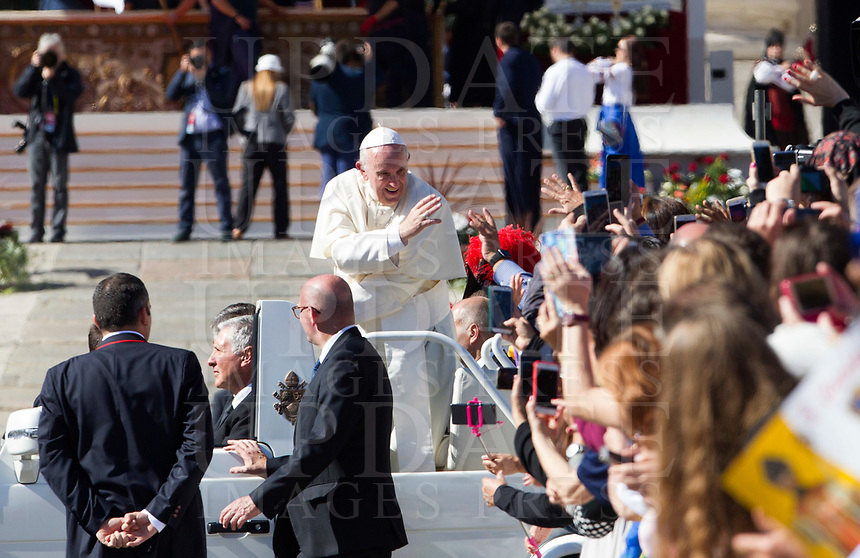 Pope Francis waves to the faithful as he leaves at the end of a canonization ceremony in St. Peter's Square at the Vatican, October 15, 2017. The pontiff canonized Italian Capuchin priest  Angelo of Acri, Spanish priest Faustino Miguez, the Child Martyrs of Tlaxcala, (Mexico) Cristobal, Antonio and Juan, and the Martyrs of Natal, Jesuit priest Andre de Soveral, diocesan priest Ambrosio Francisco Ferro, layman Mateus Moreira and 27 others, killed in 1645 in an anti-Catholic persecution carried out by Dutch Calvinists in Natal, Brazil. <br /> UPDATE IMAGES PRESS/Riccardo De Luca<br /> <br /> STRICTLY ONLY FOR EDITORIAL USE