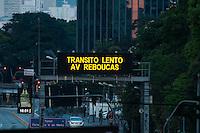 SÃO PAULO-SP-09,10,2014-TRÂNSITO SÃO PAULO/AVENIDA EUSÉBIO MATOSO - O Motorista enfrenta lentidão na Avenida Eusébio Matoso,próximo à Ponte Eusébio Matoso.Região oeste da cidade de São Paulo,no fim da tarde dessa Quinta-Feira,09 (Foto:Kevin David/Brazil Photo Press