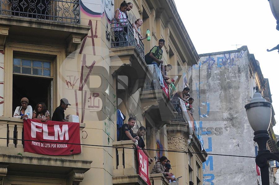 SAO PAULO, SP, 02 DE FEVEREIRO DE 2012 -Moradores protestam contra a reintegraçao de posse do Predio que fica na Av Ipiranga com Sao Joao no centro de Sao Paulo (FOTO: ADRIANO LIMA - NEWS FREE).