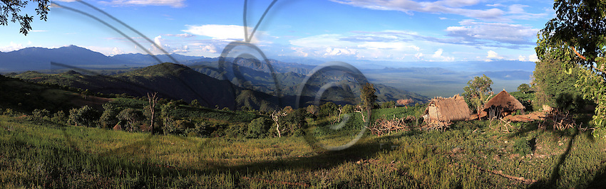 The land of the Banas with the Rift Valley in the background. ///Le pays bana avec en fond la vallée du Rift..