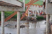 PIRACICABA, 02 de julho de 2013 - ACIDENTE ANEL VIÁRIO - Três pessoas morreram em um acidente na obra do Anel Viário em Piracicaba, no interior de São Paulo. Dois operários estão desaparecidos. Os cinco trabalhadores caíram no rio quando um guindaste e várias vigas desabaram. Outros cinco ficaram feridos. Mergulhadores do Corpo de Bombeiros e helicópteros da Polícia Militar ajudaram nas buscas. Peritos da polícia científica investigam o acidente. E, no fim de tarde, o Ministério Público do Trabalho embargou a obra.. ( FOTO: Mauricio Bento / Brazil Photo Press )