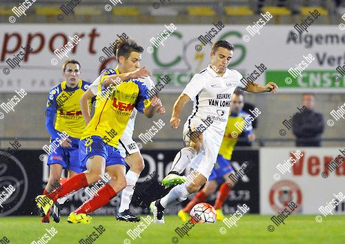 2015-09-05 / voetbal / seizoen 2015-2016 / Oosterzonen - Sprimont / Joren Dehond (r) (Oosterzonen) controleert de bal onder druk van Thomas Englebert (l) (Sprimont)