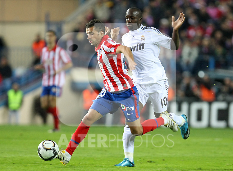 Atletico de Madrid's Simao Sabrosa (l) and Real Madrid's Lass Diarra during La Liga match. November 7 2009. .(ALTERPHOTOS/Acero).