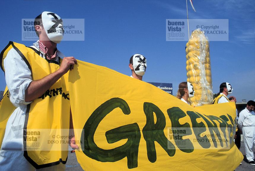 """- Genoa, june 2000, manifestation against """"Tebio"""", first exhibition of biotechnologies, Greenpeace activists....- Genova, giugno 2000, manifestazione contro """"Tebio"""", primo salone delle biotecnologie, militanti di Greenpeace"""