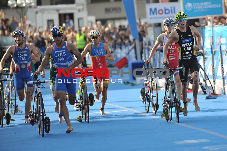 18.07.15, Hamburg, GER, Triathlon, Feuer und Flame ITU World Triathlon Hamburg 2015, Elite Maenner, im Bild das Feld wechselt vor dem Hamburger Rathaus vom Fahrrad zum Laufen/ <br /> Foto &copy; nordphoto/ Witke