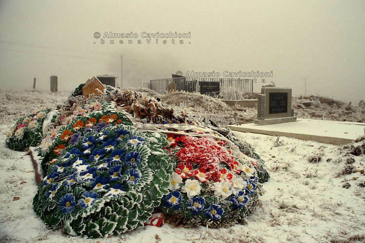 ex Jugoslavia, cimitero, tomba con fiori sotto la neve