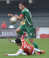BOGOTÁ -COLOMBIA, 02-04-2016. Yulian  Anchico (Izq.) jugador de Santa Fe disputa el balón con Mauricio Gomez (Der.) jugador de Patriotas durante partido entre Independiente Santa Fe y Patriotas FC por la fecha 11 de la Liga Aguila I 2016 jugado en el estadio Nemesio Camacho El Campin de la ciudad de Bogota.  / Yulian  Anchico (L) player of Santa Fe struggles for the ball with Mauricio Gomez (R) player of Patriotas during match between Independiente Santa Fe and Patriotas FC for date 11 of the Liga Aguila I 2016 played at the Nemesio Camacho El Campin Stadium in Bogota city. Photo: VizzorImage/ Gabriel Aponte / Staff