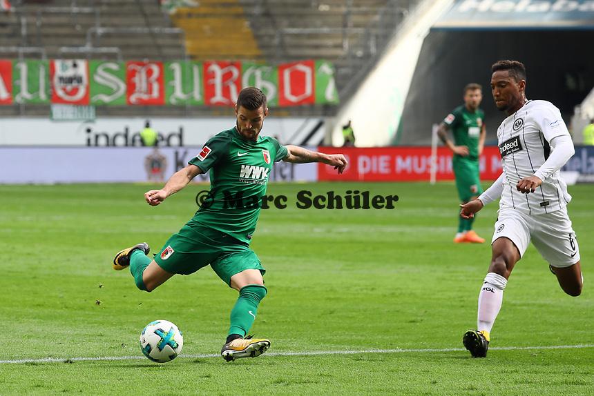 Marcel Heller (FC Augsburg) zieht ab - 16.09.2017: Eintracht Frankfurt vs. FC Augsburg, Commerzbank Arena