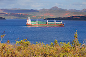 Porte conteneurs Floragracht entrant dans la baie de Prony, Nouvelle-Calédonie