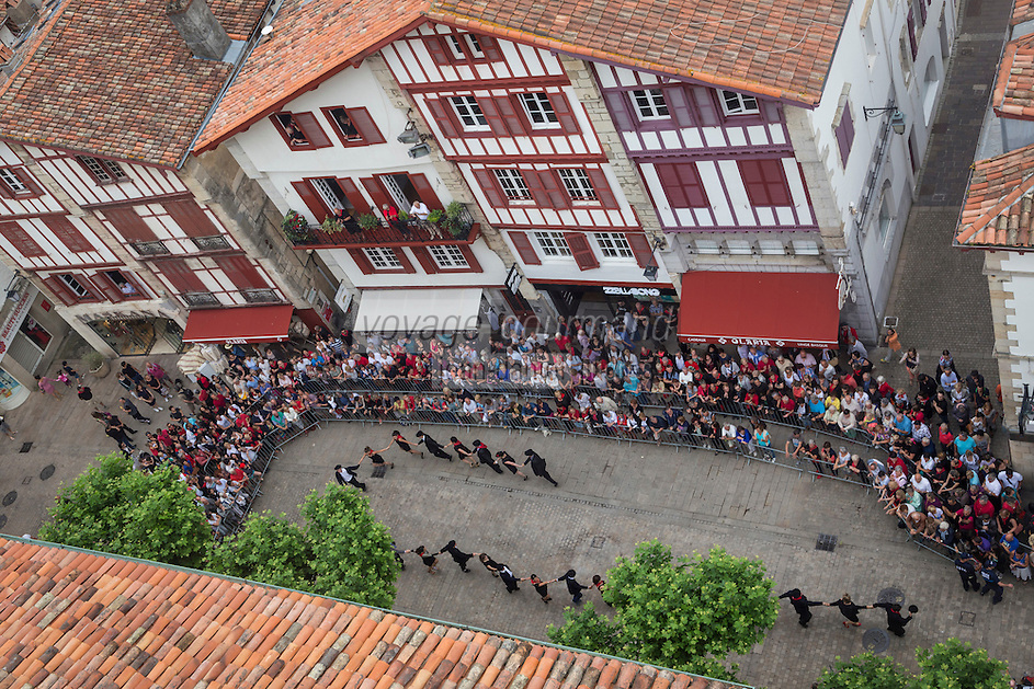 France, Pyrénées-Atlantiques (64), Pays-Basque, Saint-Jean-de-Luz , Fête de la Saint-Jean et façades des maisons de la rue Gambetta, Danses traditionnelles // France, Pyrenees Atlantiques, Basque Country, Saint Jean de Luz, St John's Eve, Saint John's Fire, facade houses the rue Gambetta, Traditional Dance
