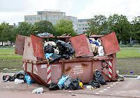 Nederland  Amsterdam  2016. Overvolle container bij De containerwoningen in de Riekerpolder in Amsterdam-West.  Foto Berlinda van Dam / Hollandse Hoogte