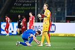 Jacob Bruun Larsen (Hoffenheim) bindet Peter Gulacsi (Leipzig) die Schuhe.<br /> <br /> Sport: Fussball: 1. Bundesliga: Saison 19/20: 31. Spieltag: TSG 1899 Hoffenheim - RB Leipzig, 12.06.2020<br /> <br /> Foto: Markus Gilliar/GES/POOL/PIX-Sportfotos