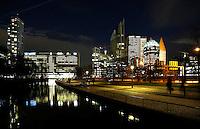 Nederland Den Haag 2015 11 23. Het Wijnhavenkwartier in Den haag bij avond. In het Wijnhavenkwartier staan oa de Muzentoren, de Hoftoren, bankgebouwen en 2 kantoortorens van 140 meter hoog, die het nieuwe onderkomen zijn voor de ministeries van Justitie en Veiligheid en van Binnenlandse Zaken en Koninkrijksrelaties.  Foto Berlinda van Dam / Hollandse Hoogte