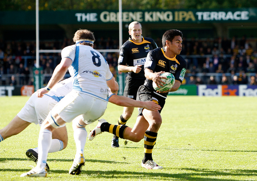 Photo: Richard Lane/Richard Lane Photography. London Wasps v Glasgow Warriors. Heineken Cup. 17/10/2010. Wasps' David Lemi passes the ball out.