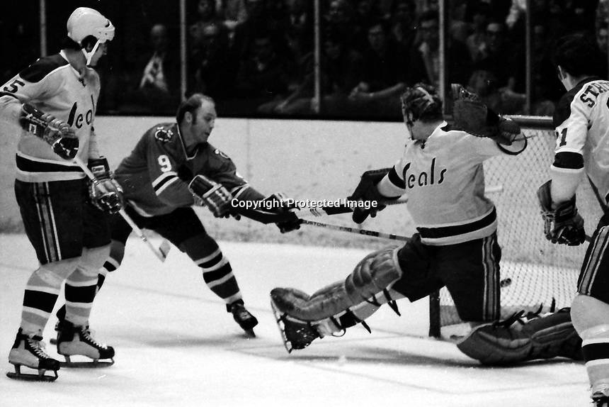 Seals vs Chicago Black Hawks, Bobby Hull  amd Sea;s goalie Gary Smith (1970 photo/Ron Riesterer)