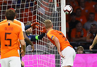 Matthijs de Ligt (Niederlande, Netherlands) gegen Torwart Manuel Neuer (Deutschland Germany) - 13.10.2018: Niederlande vs. Deutschland, 3. Spieltag UEFA Nations League, Johann Cruijff Arena Amsterdam, DISCLAIMER: DFB regulations prohibit any use of photographs as image sequences and/or quasi-video.