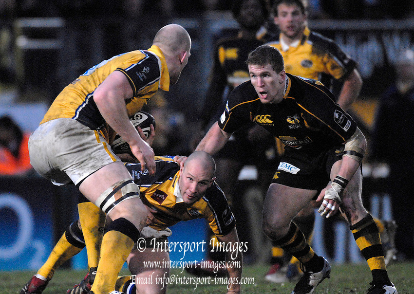 Wycombe, GREAT BRITAIN, Wasps, Tom REES facing up to Erik LUND, with the ball collected from Leigh HINTON, on his knees, during the Guinness Premiership Game, London Wasps vs Leeds Carnegie, at Adams Park. 05/01/2008  [Mandatory credit Peter Spurrier/ Intersport Images].