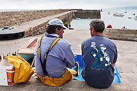 Europe/France/Normandie/Basse-Normandie/50/Manche/Presqu'île de la Hague/Omonville-la-Rogue:Pêcheurs au  port du Hâble
