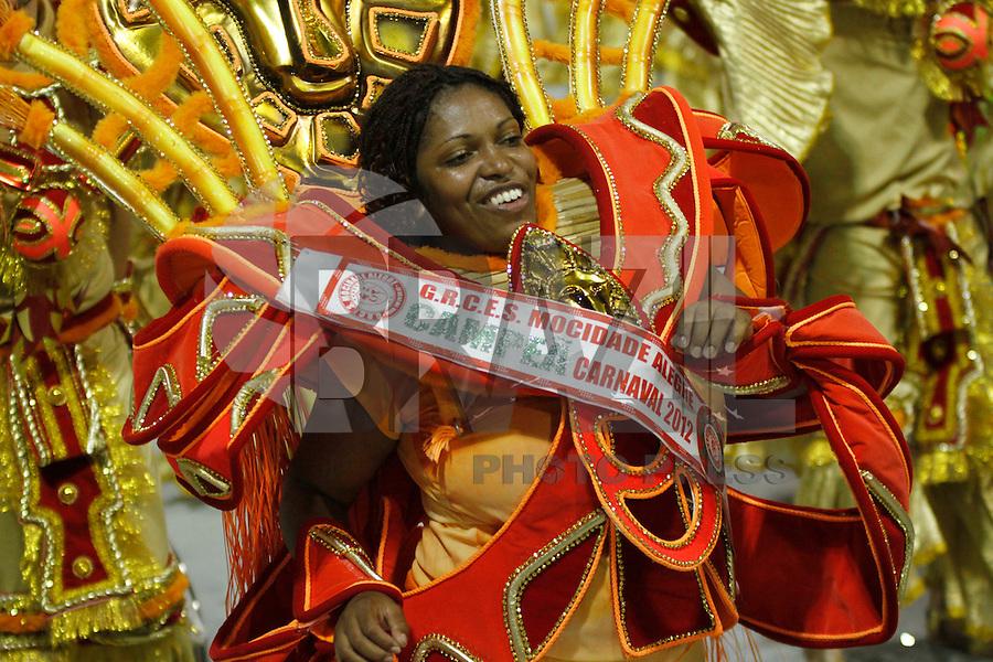 SAO PAULO, SP, 24 DE FEVEREIRO 2012 - CARNAVAL SP DESFILE CAMPEAS - MOCIDADE ALEGRE - Integrante da escola de samba Mocidade Alegre durante desfile das campeãs  do Carnaval 2012 de São Paulo, no Sambódromo do Anhembi, na zona norte da cidade, (FOTO: ALE VIANNA - BRAZIL PHOTO PRESS)