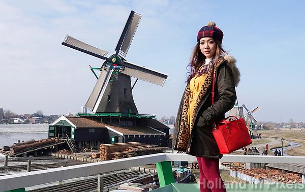 Nederland -  Zaanstad -  2018. Toeriste uit Maleisie op een molen in Zaanse Schans.  Foto Berlinda van Dam / Hollandse Hoogte