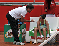 BOGOTA - COLOMBIA - 16-04-2016: Lara Arruabarrena de España, recibe instrucciones de su técnico, durante partido por el Claro Colsanitas WTA, que se realiza en el Club El Rancho de Bogota. / Lara Arruabarrena of Spain, recibes instructions of her coach, during a match for the WTA Claro Colsanitas, which takes place at Club El Rancho de Bogota. Photo: VizzorImage / Luis Ramirez / Staff.