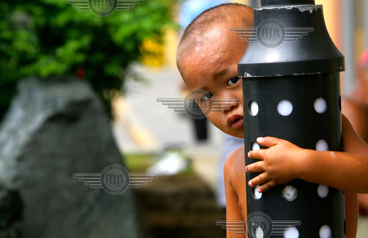 A young boy who lives on the streets with his family.