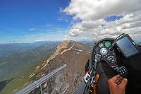 Blick aus einem Cockpit eines Segelflugzeugs entlang der Serra del Cadi in den Pyren&auml;en: EUROPA, SPANIEN,  (EUROPE, SPANIEN), 18.06.2018: Blick aus einem Cockpit eines Segelflugzeugs entlang der Serra del Cadi in den Pyren&auml;en<br /> <br /> Der 22,6 km lange Gebirgszug Serra del Cad&iacute; ist Teil der Pre-Pyren&auml;en und liegt im Norden Kataloniens, Spanien. Das in einer Ost-West Achse ausgerichtete Massiv liegt auf dem Gebiet der Comarcas Alt Urgell, Cerdanya und Bergued&agrave;. Es grenzt im Norden an die Pyren&auml;en, im S&uuml;den an den Fluss Riu de Lavansa und seine Nebenfl&uuml;sse, im Westen an den Gebirgszug Monsec de Tost und reicht im Osten bis an den Berg Comabona.