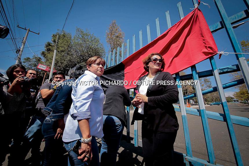 Quer&eacute;taro, Quer&eacute;taro. 4 de marzo de 2016.- <br /> Este mediod&iacute;a fueron puestas las banderas rojinegras dando inicio la huelga del sindicato de trabajadores y empleados de la Universidad aut&oacute;noma de Quer&eacute;taro (STEUAQ). Su dirigente, Laura Leiva indic&oacute; a medios de comunicaci&oacute;n que la huelga se lleva acabo dado que la rector&iacute;a no ofrece las condiciones para entablar el di&aacute;logo y corregir los abusos y violaciones al contrato colectivo.<br /> Foto: Victor Pichardo / Obture Press Agency