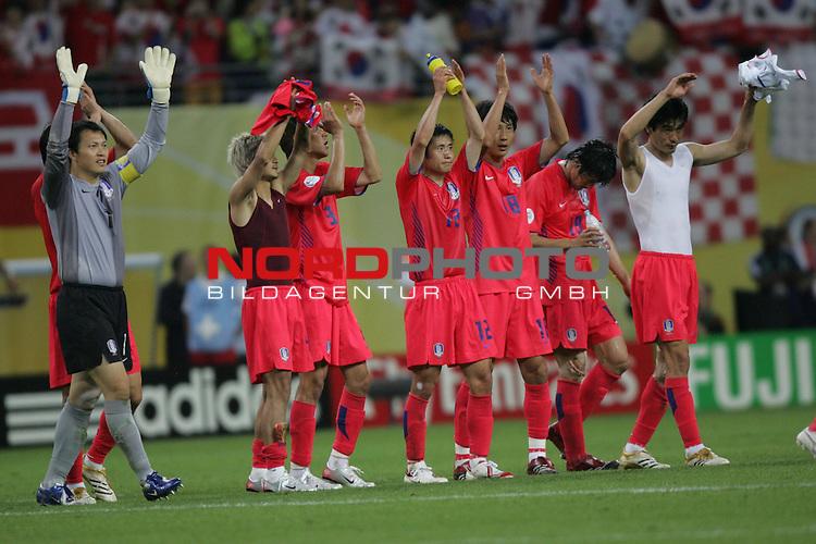 FIFA WM 2006 -  Gruppe D  Vorrunde ( Group D )<br /> Play   #29 (18-Jun) - Frankreich - Korea 1:1<br /> <br /> Die Spieler von Korea bedanken sich bei ihren Fans nach dem Spiel. Allen voran Mannschaftskapit&auml;n Torwart Woon Jae Lee.<br /> <br /> Foto &copy; nordphoto