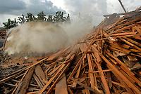 Carvoarias continuam a funcionar durante a operação Arco de Fogo.<br /> 26 02 2008<br /> Tailândia Pará Brasil<br /> Foto Paulo Santos