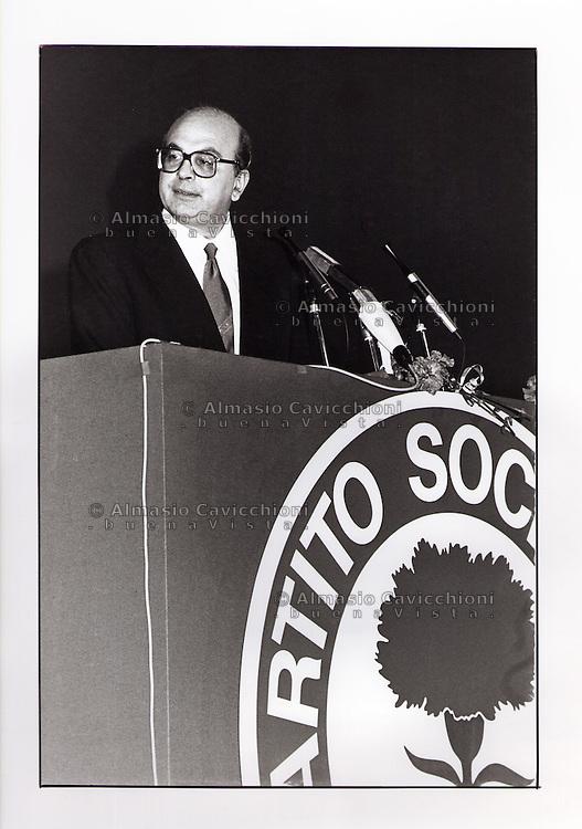 Bettino Craxi; segretario del Partito Socialista italiano protagonista della vita politica italiana . .Bettino Craxi, secretary of the Italian Socialist Party protagonist of Italian politics: