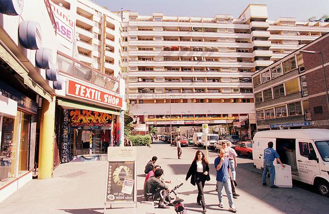 Sozialer Wohnungsbau in Berlin Kreuzberg.<br /> Hier: Das Neue Kreuzberger Zentrum (NKZ). Die Berliner CDU wollte den Wohnblock Ende der neunziger Jahre sprengen lassen, da es sich ihrer Ansicht nach, um einen sozialen Brennpunkt handelte.<br /> Mehr als 70.000 Sozialwohnungen, sowie staedtische Wohnungsbaugesellschaften wurden in der Regierungszeit von SPD-Linkspartei an US-Hedgefonds verkauft.<br /> 14.5.1998, Berlin<br /> Copyright: Christian-Ditsch.de<br /> [Inhaltsveraendernde Manipulation des Fotos nur nach ausdruecklicher Genehmigung des Fotografen. Vereinbarungen ueber Abtretung von Persoenlichkeitsrechten/Model Release der abgebildeten Person/Personen liegen nicht vor. NO MODEL RELEASE! Nur fuer Redaktionelle Zwecke. Don't publish without copyright Christian-Ditsch.de, Veroeffentlichung nur mit Fotografennennung, sowie gegen Honorar, MwSt. und Beleg. Konto: I N G - D i B a, IBAN DE58500105175400192269, BIC INGDDEFFXXX, Kontakt: post@christian-ditsch.de<br /> Bei der Bearbeitung der Dateiinformationen darf die Urheberkennzeichnung in den EXIF- und  IPTC-Daten nicht entfernt werden, diese sind in digitalen Medien nach &sect;95c UrhG rechtlich geschuetzt. Der Urhebervermerk wird gemaess &sect;13 UrhG verlangt.]